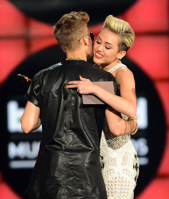 Miley_Cyrus_hugging_Justin_Bieber_at_the_2013_Billboard_Awards-696×819