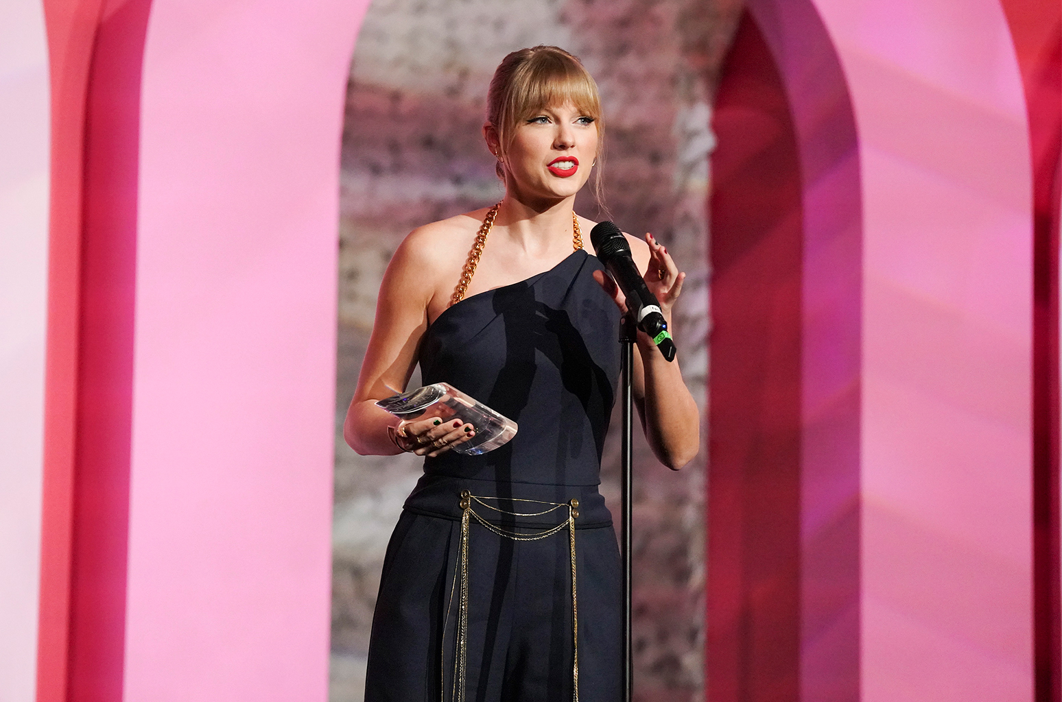 """Taylor Swift wins """"Woman of the Decade Award"""" at Billboard's Women In Music"""