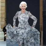 The 33-year-old popular model of the Paris fashion show took to the podium in Paris and defiled in a stunning outfit.
