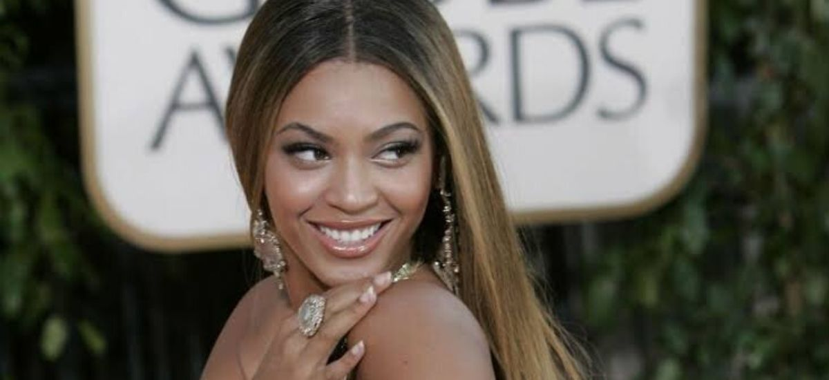 Beyonce fans are confident she recorded the Bond theme after posting a photo of Martini