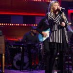 "Watch: After18-Years-Of-Performing-""'Natural-Woman"" -On-American-Idol,-Kelly-Clarkson-Sings-It-Again-On-Her-Talk-Show"